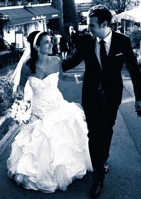 Photographe de mariage a Mougins - photo du couple remontant une ruelle du vieux village de Mougins.
