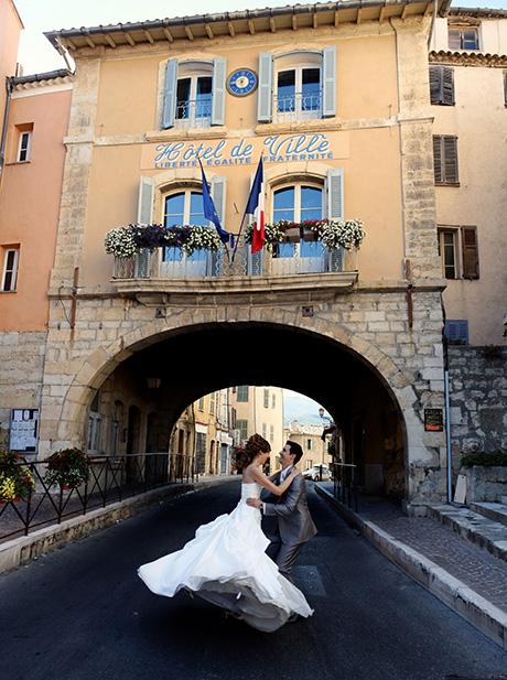 Photographe de mariages a Fayence dans le Var. Le couple devant la mairie.