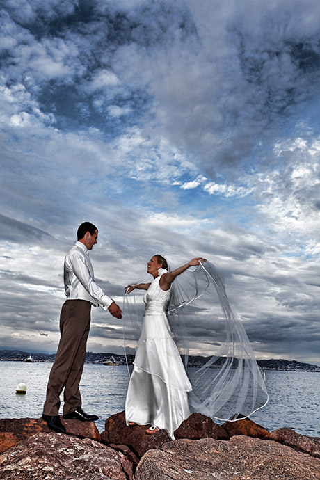 Photographe de mariage a Theoule sur Mer. Le couple au bord de la mer avec un ciel orageux.