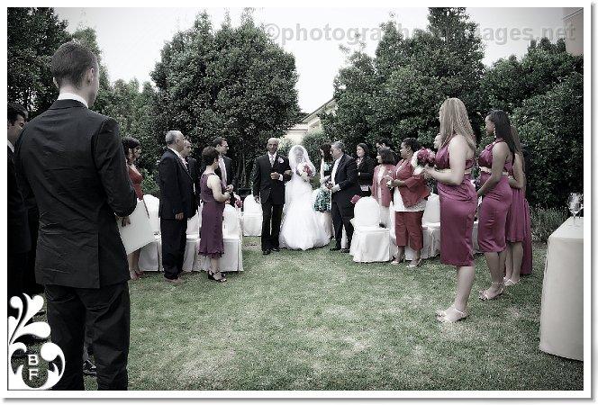 l 39 arrivee de la mariee au bras de son pere ceremonie religieuse de mariage en plein air au. Black Bedroom Furniture Sets. Home Design Ideas